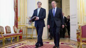 John Kerry ja Sergei Lavrov saapumassa neuvotteluihin Pariisissa.
