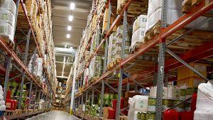 Ruokatarvikkeita tukkukaupan hyllyssä.