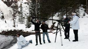 Kuvausryhmä valmistautuu kuvaamaan Vesa Heilalan kastautumisen hyisessä vedessä Puolangan Hepokönkäällä.
