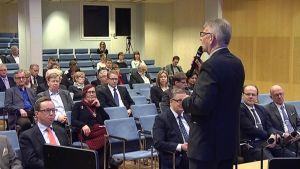 Entinen kansanedustaja Bjarne Kallis puhuu ja yleisö kuuntelee Kokkolassa 31.3.2014 järjestetyssä seminaarissa, jossa pohdittiin valtiopäivien historiaa.