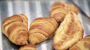 Croissantteja kaupan irtomyyntipisteessä.