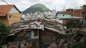 Brasilian Rio de Janeirossa sijaitsevan Dona Marta -favelan kattojen välistä paljastuu näkymä kohti suurkaupungin valkoisia luksuspilvenpiirtäjiä.