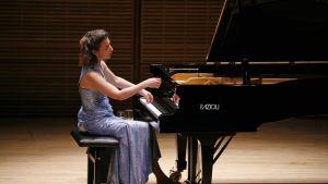 pianisti Angela Hewitt soittaa flyygeliä