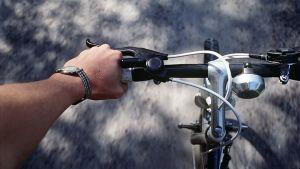 Pyöräilyä.