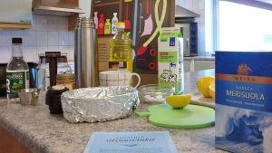 Keittiön kaapeista löytyvät ruoka-aineet sopivat myös siivoukseen