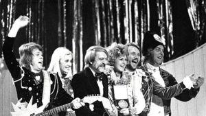 ABBA:n jäsenet juhlimassa Euroviisuvoittoaan Brightonissa 1974.