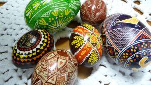 Pisanka-munia pöydällä.