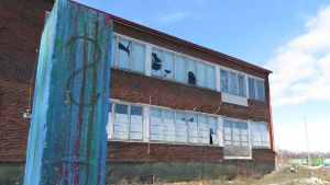 Entinen osuusmeijerin kiinteistö Kemin Kauppakadulla. Ikkunat rikki ja rapistunut tiilirakennus.