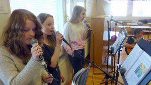 Oppilaat laulavat.