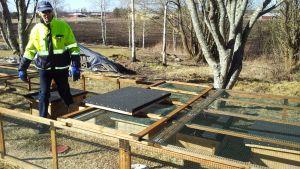 Kauhajokinen Olavi Luomala rakensi siilivauvoille talvehtimista varten mökit.