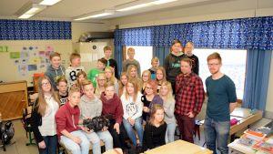 Siilinlahden koulun uutisluokka 6C yhteiskuvassa uutiskummi Markku Malisen ja opettaja Tuukka Kokkosen kanssa.