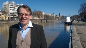 Kari Häkämies Aurajoen rannalla.