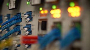 Johtoja ja valoja serveritietokoneen takana.