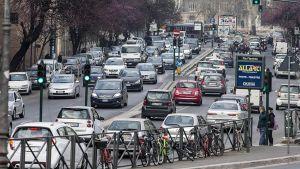 Autoliikennettä Roomassa.