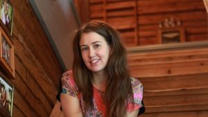 Susanna Sivonen istuu portaalla