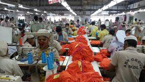 Ompelijoita valmistamassa Reiman vaatteita bangladeshilaisessa vaatetehtaassa.