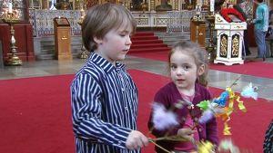 Luukas ja Sofia virpovat Helsingin Uspenskin katedraalissa palmusunnuntaina ortodoksisen perinteen mukaisesti.