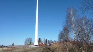 18 m korkea tuulivoimala maatilarakennusten vieressä