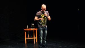 Stand up -koomikko Riku Sottinen esiintyy.