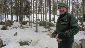 Ranuan eläinpuiston eläintenhoitaja Pertti Saarijärvi.