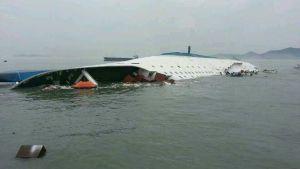 Eteläkorealainen matkustajalaiva on uppoamassa Itä-Kiinanmerellä.