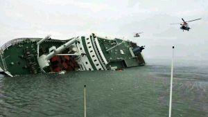Uppoavan laivan pelastustöitä.