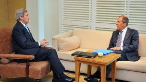 Yhdysvaltain ja Venäjän ulkoministerit John Kerry ja Sergei Lavrov keskustelevat.