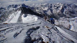 Vuorikiipeilijöitä Everestillä.