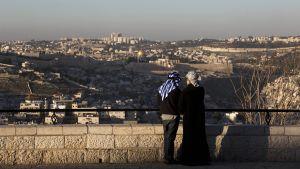 Kaksi miestä ja Jerusalem taustalla.
