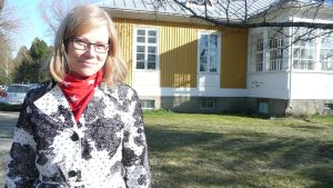 Anu Palomäki taustanaan MLL:n Pohjanmaan piirin uusi toimipiste Kivirikon talossa.
