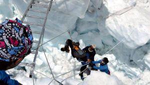 Lumivyöryn pelastusoperaatio.