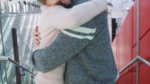 nainen ja mies halaavat