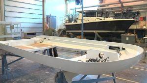 Sarins Båtar on yksi venealan yrityksistä, joka joutuu kouluttamaan uudet työntekijänsä itse.