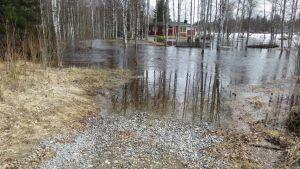 Simon Ojalanperällä vesi saartoi tiistaina yhtä taloa ja ehti jo kastella toisen talon alakerran.