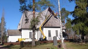 Kirkon katon tervaus meneillään