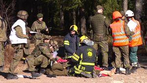 Puolustusvoimat ja pelastuslaitos harjoittelevat suuronnettomuusharjoituksessa.
