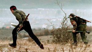Kosovon vapautusarmeijan KLA:n sissit juoksivat asemiinsa serbien kranaattikeskityksen aikana.