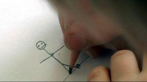 Lapsi piirtää tikku-ukkoa.