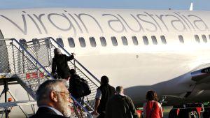Matkustajia nousemassa lentokoneeseen.