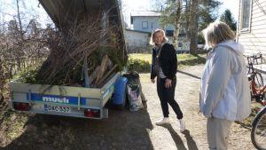 Puutarhajätekuorma lähdössä Hämeenlinnan jätteen keruupaikalle