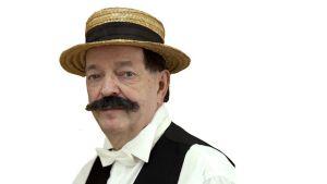 Paavo Väyrynen näyttelee Oskar Merikantoa Pohjanrannan kesänäytelmassä.