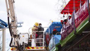 Helsingissä Linnanmäen huvipuiston maisemajuna jumittui iltapäivällä lauantaina 26. huhtikuuta 2014.