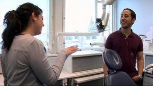 Ylä-Savon SOTE:n hammaslääkärinä tammikuusta asti työskennellyt espanjalainen Irene Tapiaca antaa maanmiehelleen Alvaro Romero Barrellolle ohjeita tulevaa työtä varten.