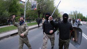Venäjä-mieliset hyökkäsivät Ukrainan kannattajien kimppuun erilaisin lyömäasein.
