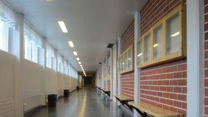 Tyhjä koulun käytävä.