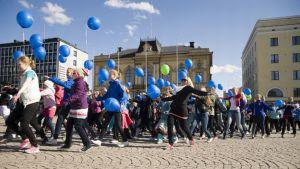 Vuoden 2013 Tanssin päivän kulkue Hämeenlinnan torilla.