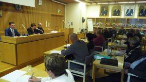jalasjärven kunnanvaltuusto koolla kunnanjohtaja juha luukon ja valtuuston puheenjohtaja anna-maija koskelan johdolla