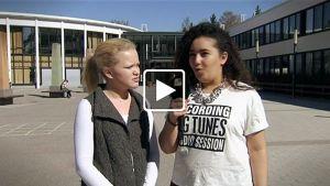 Nuoret koulun edessä