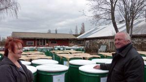 Karttulan Poijaksen tilan emäntä ja isäntä Lea ja Tuomo Korhonen ja 200 litran mahlapöntöt valmiina lähetettäväksi maailmalle