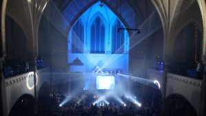 Laservaloja ja tanssivia ihmisiä kirkossa
